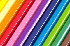 Συλλογή των χρωματισμένων μολυβιών που διαμορφώνει ένα υπόβαθρο Στοκ φωτογραφία με δικαίωμα ελεύθερης χρήσης