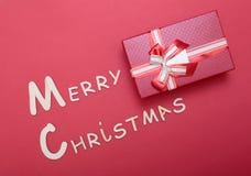 Συλλογή Χριστουγέννων, κιβώτιο δώρων, δέντρο και διακοσμητικές διακοσμήσεις, στο κόκκινο υπόβαθρο Στοκ Εικόνες