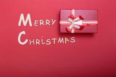 Συλλογή Χριστουγέννων, κιβώτιο δώρων, δέντρο και διακοσμητικές διακοσμήσεις, στο κόκκινο υπόβαθρο Στοκ Φωτογραφίες
