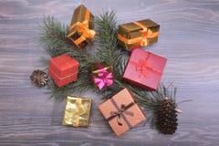 Συλλογή Χριστουγέννων, κιβώτιο δώρων, δέντρο και διακοσμητικές διακοσμήσεις, στο αγροτικό ξύλο Στοκ Φωτογραφία