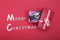 Συλλογή Χριστουγέννων, κιβώτιο δώρων, δέντρο και διακοσμητικές διακοσμήσεις, στο αγροτικό ξύλο Στοκ εικόνες με δικαίωμα ελεύθερης χρήσης