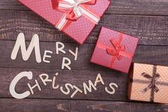 Συλλογή Χριστουγέννων, κιβώτιο δώρων, δέντρο και διακοσμητική σφαίρα, στο ξύλινο υπόβαθρο Στοκ φωτογραφία με δικαίωμα ελεύθερης χρήσης