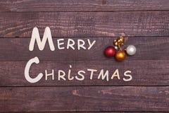 Συλλογή Χριστουγέννων, κιβώτιο δώρων, δέντρο και διακοσμητική σφαίρα, στο ξύλινο υπόβαθρο Στοκ Εικόνα