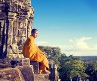 Συλλογιμένος το μοναχό Angkor Wat Σιάμ συγκεντρώστε την έννοια της Καμπότζης Στοκ Φωτογραφία
