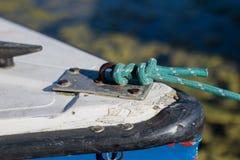 Σφήνα για την πρόσδεση Στερέωση για τα σχοινιά πρόσδεσης σε μια βάρκα στοκ εικόνα με δικαίωμα ελεύθερης χρήσης