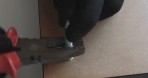 Σφίγξτε τη βίδα με τις πένσες απόθεμα βίντεο