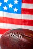 Σφαίρα αμερικανικού ποδοσφαίρου και παλαιά σημαία δόξας Στοκ εικόνα με δικαίωμα ελεύθερης χρήσης