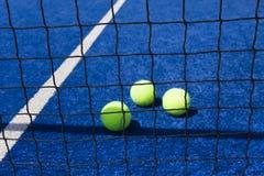 Σφαίρα αντισφαίρισης με τη ρακέτα στο δικαστήριο στοκ φωτογραφία με δικαίωμα ελεύθερης χρήσης