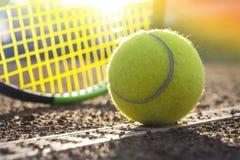 Σφαίρα αντισφαίρισης σε ένα γήπεδο αντισφαίρισης στοκ εικόνα με δικαίωμα ελεύθερης χρήσης