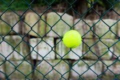 Σφαίρα αντισφαίρισης στο φράκτη Στοκ Φωτογραφία