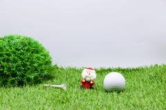 Σφαίρα γκολφ με τη διακόσμηση Χριστουγέννων για τις διακοπές παικτών γκολφ Στοκ φωτογραφίες με δικαίωμα ελεύθερης χρήσης