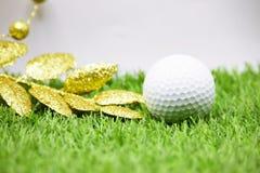 Σφαίρα γκολφ με τη διακόσμηση Χριστουγέννων για τις διακοπές παικτών γκολφ Στοκ Εικόνα