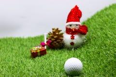Σφαίρα γκολφ με τη διακόσμηση Χριστουγέννων για τις διακοπές παικτών γκολφ Στοκ Φωτογραφία