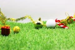 Σφαίρα γκολφ με τη διακόσμηση Χριστουγέννων για τις διακοπές παικτών γκολφ Στοκ Φωτογραφίες