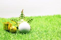 Σφαίρα γκολφ με τη διακόσμηση Χριστουγέννων για τις διακοπές παικτών γκολφ Στοκ Εικόνες