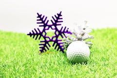 Σφαίρα γκολφ με τη διακόσμηση Χριστουγέννων για τις διακοπές παικτών γκολφ Στοκ εικόνες με δικαίωμα ελεύθερης χρήσης