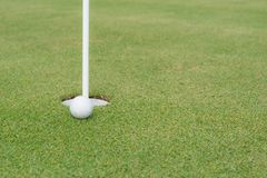 Σφαίρα γκολφ στην άκρη της τρύπας Στοκ εικόνα με δικαίωμα ελεύθερης χρήσης