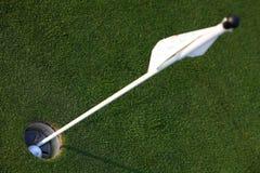 Σφαίρα γκολφ στην τρύπα στοκ εικόνα με δικαίωμα ελεύθερης χρήσης