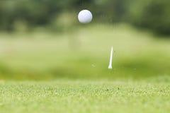 Σφαίρα γκολφ ακριβώς που έρχεται από το γράμμα Τ Στοκ φωτογραφία με δικαίωμα ελεύθερης χρήσης