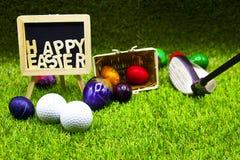 Σφαίρα γκολφ με τα αυγά Πάσχας στην πράσινη χλόη Στοκ φωτογραφίες με δικαίωμα ελεύθερης χρήσης