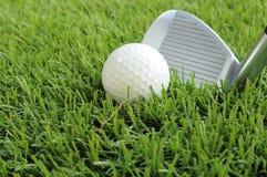 Σφαίρα γκολφ περίπου που χτυπιέται Στοκ Εικόνες