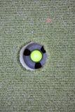 Σφαίρα γκολφ που υποβάλλει μια τρύπα Στοκ εικόνες με δικαίωμα ελεύθερης χρήσης