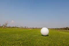 Σφαίρα γκολφ πράσινο σε έτοιμο να είναι έναρξη το παιχνίδι γκολφ Στοκ φωτογραφία με δικαίωμα ελεύθερης χρήσης