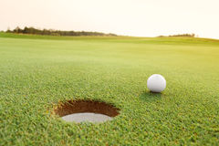 Σφαίρα γκολφ στην πράσινη σειρά μαθημάτων Στοκ εικόνες με δικαίωμα ελεύθερης χρήσης