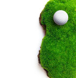 Σφαίρα γκολφ στην πράσινη χλόη Στοκ εικόνες με δικαίωμα ελεύθερης χρήσης