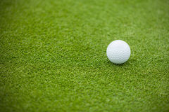 Σφαίρα γκολφ στον πράσινο χορτοτάπητα Στοκ φωτογραφία με δικαίωμα ελεύθερης χρήσης