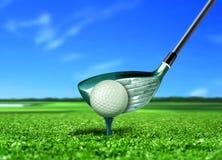 Σφαίρα γκολφ στο γράμμα Τ κάτω από το μπλε ουρανό Στοκ φωτογραφίες με δικαίωμα ελεύθερης χρήσης