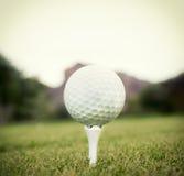 Σφαίρα γκολφ στο γράμμα Τ στοκ εικόνα