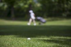 Σφαίρα γκολφ στο πράσινο Στοκ φωτογραφίες με δικαίωμα ελεύθερης χρήσης