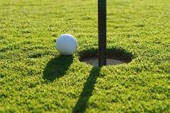 Σφαίρα γκολφ στο πράσινο στοκ εικόνα
