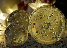 Σφαίρα γυαλιού διακοσμήσεων Χριστουγέννων 0559 με τις αεροφυσαλίδες και τα ελαφριά αστέρια στοκ φωτογραφίες
