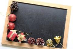 Σφαίρα διακοσμήσεων Χριστουγέννων στο ξύλινο υπόβαθρο πινάκων στοκ φωτογραφία με δικαίωμα ελεύθερης χρήσης
