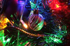Σφαίρα, διακόσμηση Χριστουγέννων και όμορφος φωτισμός στοκ εικόνα