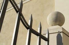 Σφαίρα επάνω από το συγκεκριμένους στυλοβάτη και την πύλη Στοκ Εικόνες