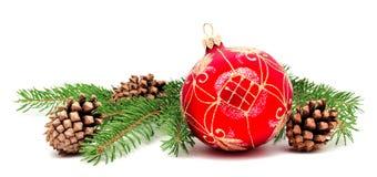 Σφαίρα διακοσμήσεων Χριστουγέννων με τους κώνους έλατου και τους κλάδους έλατου Στοκ Εικόνες