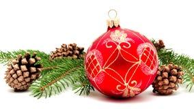 Σφαίρα διακοσμήσεων Χριστουγέννων με τους κώνους έλατου Στοκ εικόνα με δικαίωμα ελεύθερης χρήσης