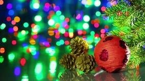 Σφαίρα διακοσμήσεων χριστουγεννιάτικων δέντρων με τις ερυθρελάτες και τους κώνους φιλμ μικρού μήκους