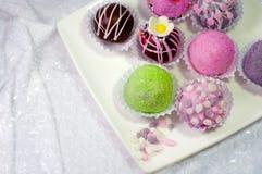 Σφαίρα κέικ στο άσπρα πιάτο και το κρανίο Στοκ Εικόνες