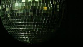 Σφαίρα καθρεφτών για το disco σε ένα μαύρο υπόβαθρο Κινηματογράφηση σε πρώτο πλάνο απόθεμα βίντεο