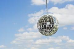 Σφαίρα καθρεφτών με ένα υπόβαθρο ως όμορφο ηλιόλουστο ουρανό Στοκ φωτογραφία με δικαίωμα ελεύθερης χρήσης