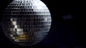 Σφαίρα καθρεφτών Disco στο μαύρο υπόβαθρο με το copyspace με τα έντονα φω'τα 4k UHD απόθεμα βίντεο