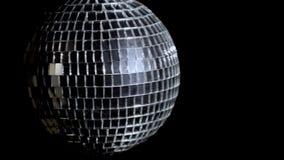 Σφαίρα καθρεφτών Disco στο μαύρο υπόβαθρο με το copyspace με τα έντονα φω'τα 4k UHD φιλμ μικρού μήκους