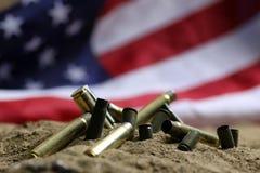 Σφαίρα και αμερικανική σημαία στην άμμο του πολέμου Στοκ εικόνα με δικαίωμα ελεύθερης χρήσης