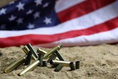 Σφαίρα και αμερικανική σημαία στον πόλεμο άμμου Στοκ Φωτογραφία