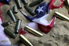 Σφαίρα και αμερικανική σημαία στον πόλεμο άμμου Στοκ φωτογραφίες με δικαίωμα ελεύθερης χρήσης