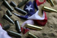 Σφαίρα και αμερικανική σημαία στον πόλεμο άμμου Στοκ Εικόνες